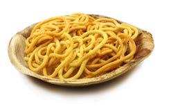 在自然棕榈叶板材的Murukku印地安食谱 库存图片