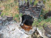 在自然温泉的岩石风雨棚 库存图片