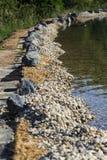 在自然游泳池塘或水池NSP银行的岩石  图库摄影