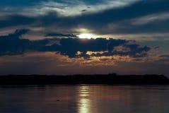 在自然湖的风雨如磐的天空 免版税图库摄影