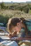 在自然的女孩绘画 免版税库存图片