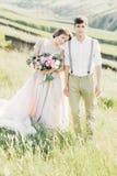 在自然的婚礼夫妇 拥抱在婚礼的新娘和新郎 图库摄影