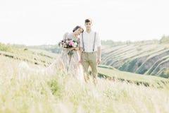 在自然的婚礼夫妇 拥抱在婚礼的新娘和新郎 库存照片