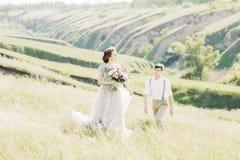 在自然的婚礼夫妇 新娘仪式教会新郎婚礼 艺术摄影 免版税库存照片