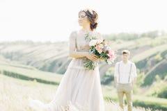 在自然的婚礼夫妇 新娘仪式教会新郎婚礼 艺术摄影 库存照片