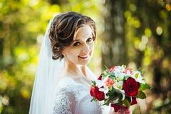 在自然的婚姻的步行与马 库存照片