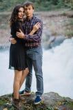 在自然的爱恋的夫妇 免版税库存图片