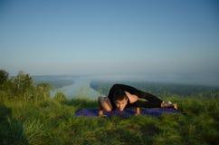 在自然的瑜伽 免版税库存图片