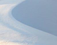 在自然的雪在作为背景的日落 库存图片