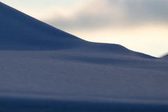 在自然的雪在作为背景的日落 免版税库存照片