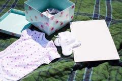 在自然的婴孩衣裳 库存照片