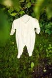 在自然的婴孩衣裳 免版税库存图片