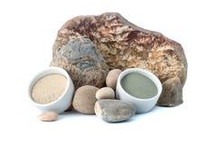 在自然石头背景的白色和蓝色化妆黏土  库存图片