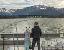 在自然秀丽的游人作为在Haines,阿拉斯加附近 免版税库存图片