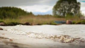 在自然背景的波浪  免版税库存照片