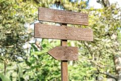在自然背景isoliated的老木牌 免版税库存图片