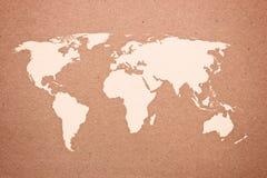 在自然褐色被回收的纸张的世界地图 库存照片
