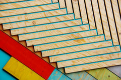 在自然阳光下的五颜六色的木纹理样式 库存图片