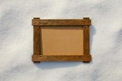 在自然雪的木制框架 库存照片