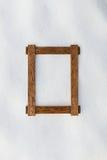 在自然雪的木制框架 库存图片