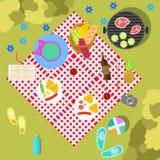 在自然风景的夏天野餐与毯子和 免版税库存照片