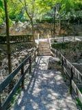 在自然风景的桥梁与木篱芭 库存照片