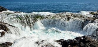 在自然水池, Gran卡纳里亚,加那利群岛海岸的瀑布  库存图片