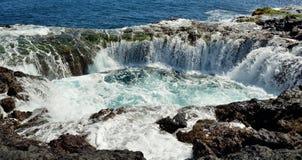 在自然水池, Gran卡纳里亚,加那利群岛海岸的瀑布  免版税库存照片