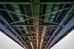 在自由桥梁下 免版税图库摄影