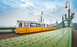 在自由桥梁的电车在布达佩斯,匈牙利 免版税库存图片