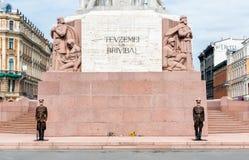 在自由纪念碑的名誉卫兵在里加 库存图片