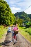 在自行车乘驾的家庭 免版税库存图片