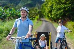 在自行车乘驾的家庭 库存照片