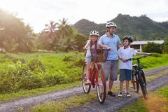 在自行车乘驾的家庭 免版税图库摄影