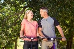 在自行车乘驾的愉快的夫妇 免版税库存照片