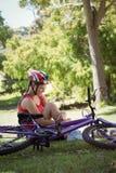 在自行车事故以后的受伤的妇女 库存照片