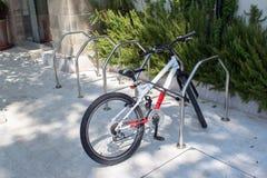 在自行车停车处的锁着的自行车 免版税库存图片
