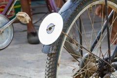 在自行车后方挡泥板的CD的圆盘,使用作为反射器 免版税图库摄影