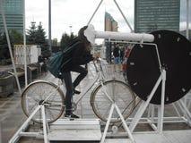 在自行车和手表动画片的乘驾! 库存照片