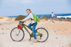 在自行车和查找视图的少年女孩 免版税图库摄影