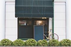 在自行车和街道咖啡的背景的假装表 库存图片