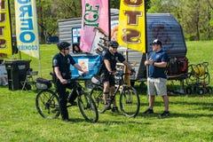 在自行车巡逻的两个警察提议 免版税库存照片