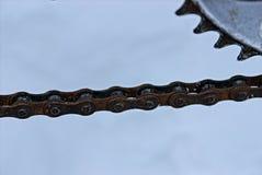 在自行车扣练齿轮的生锈的自行车链子 免版税库存图片