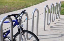 在自行车机架的一辆自行车 免版税库存图片