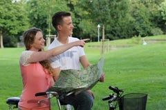 在自行车游览时的休息 免版税库存图片