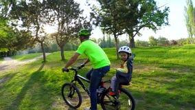 在自行车的人骑马在扶手椅子孩子 慢的行动 影视素材