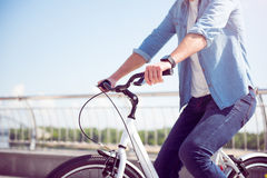 在自行车的人骑马 免版税图库摄影