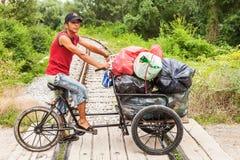 在自行车的吉普赛男孩骑马 免版税图库摄影