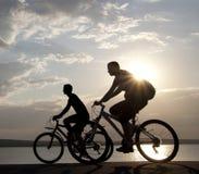 在自行车的夫妇 库存图片