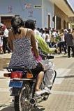 在自行车的夫妇 免版税库存照片